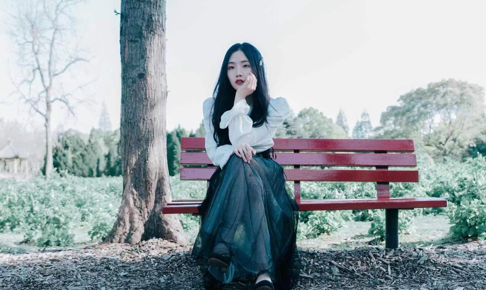 歌手郭沁晒春日写真 清新少女活力上线