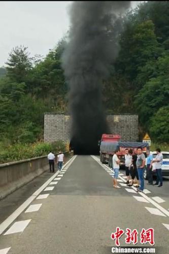 车上载有29吨罐装啤酒,在高速隧道内起火