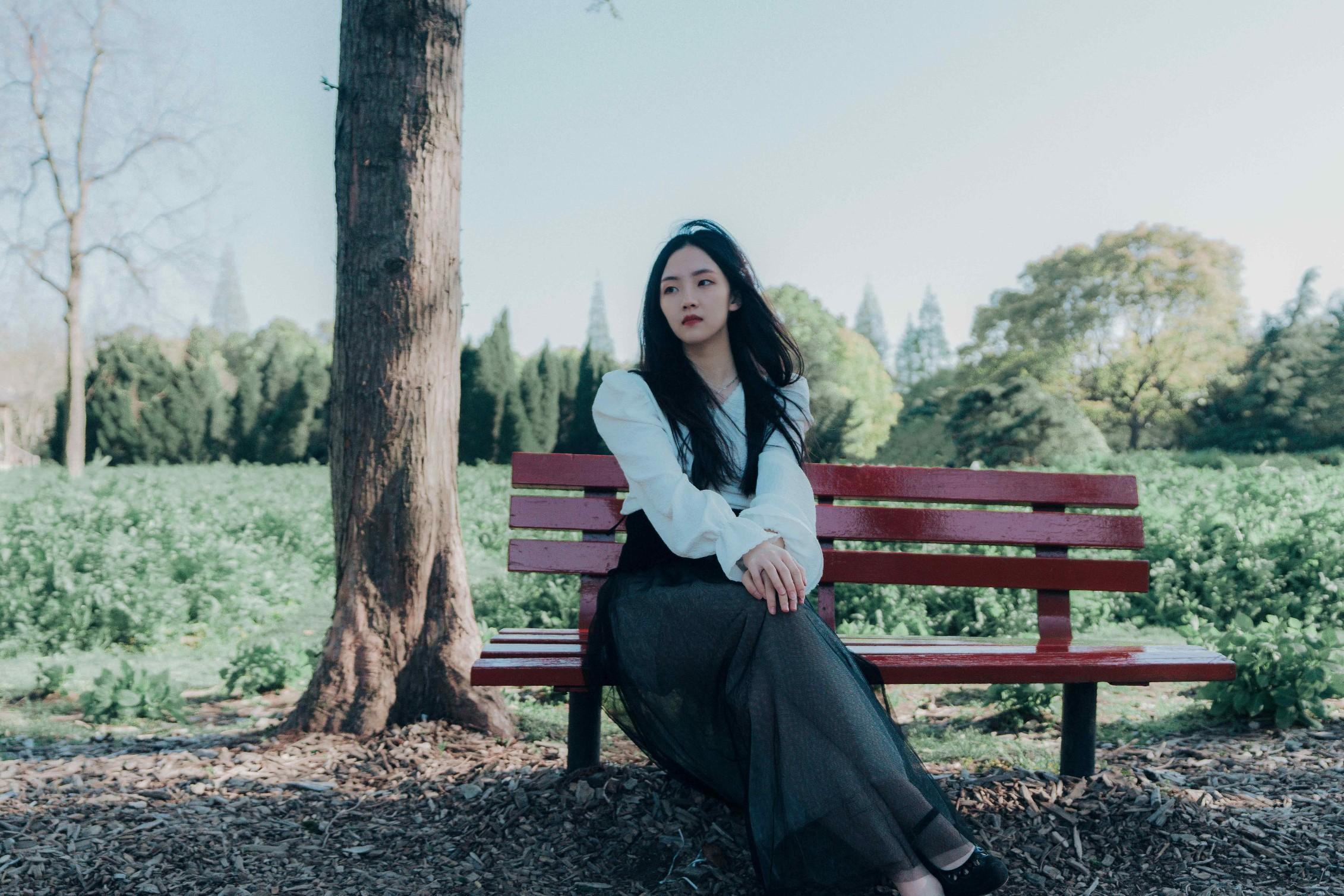 """「纯净女声」郭沁新作唱响""""蜕变""""三部曲   全新单曲《她的年轮》破茧上线 空灵嗓音见证少女成长"""