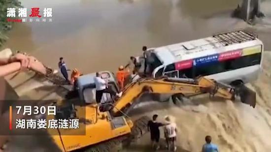 洪水中男子用挖掘机挡住客车救下14人  英雄在身边!