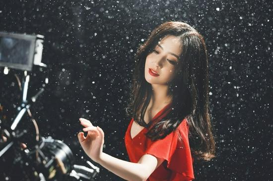 穿红裙雪中起舞唯美又浪漫  佟丽娅出演张杰MV
