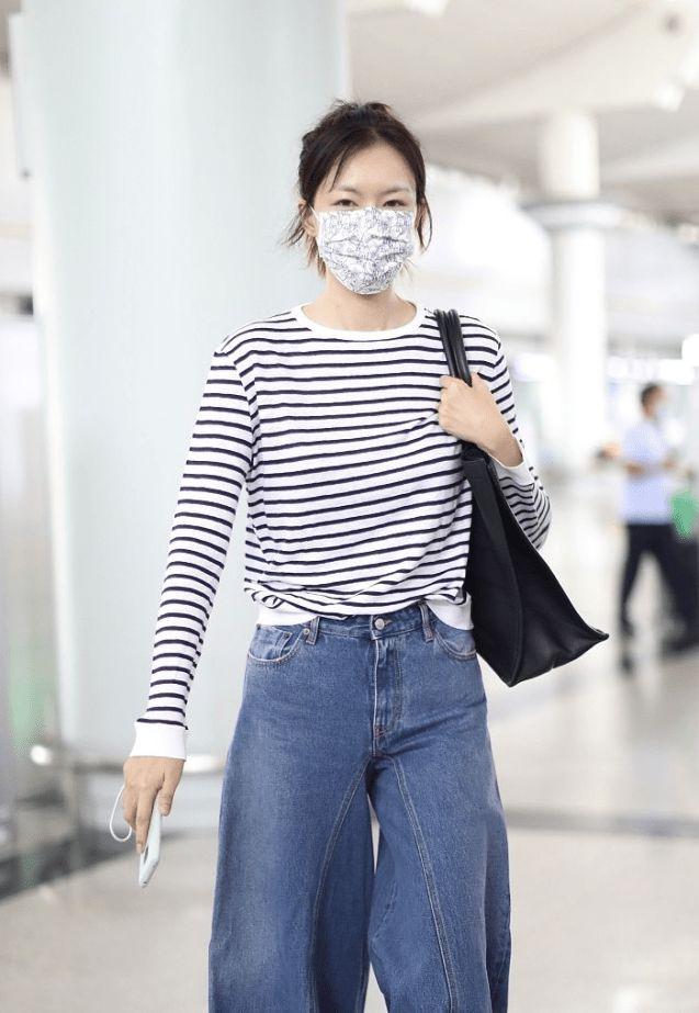 42岁的李艾不化妆也不老,一身打扮简单却随性