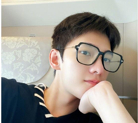杨洋 素颜优越帅气难挡  戴黑框眼镜自拍书生气十足