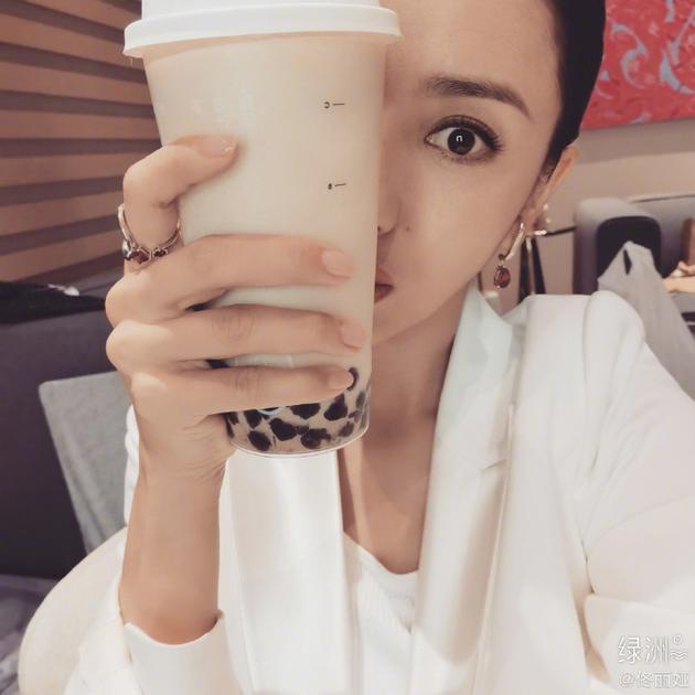 佟丽娅绿洲问秋天的奶茶是什么梗