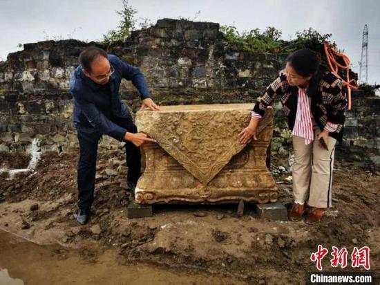 """据报道:襄阳古城墙狮子楼遗址发现""""石狮"""""""