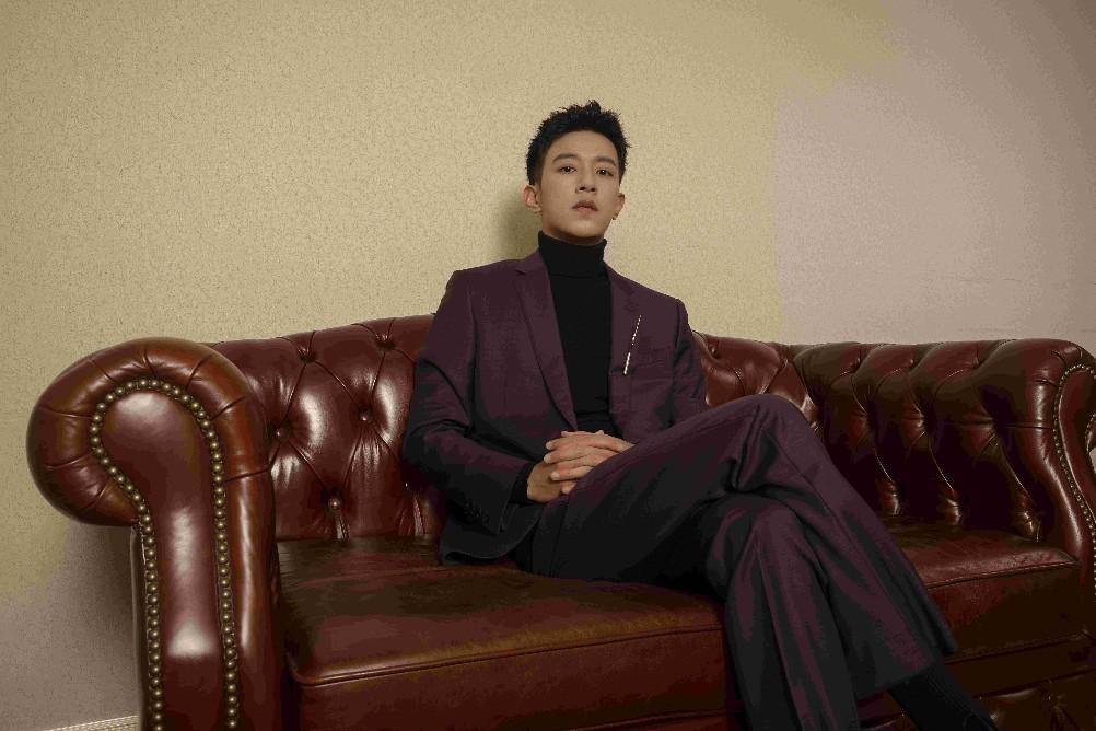 青年演员李沛恩亮相第八届文荣奖颁奖典礼 西装造型帅气吸睛