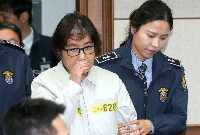 """韩""""亲信干政案""""崔顺实被判18年,罚款200亿韩元"""