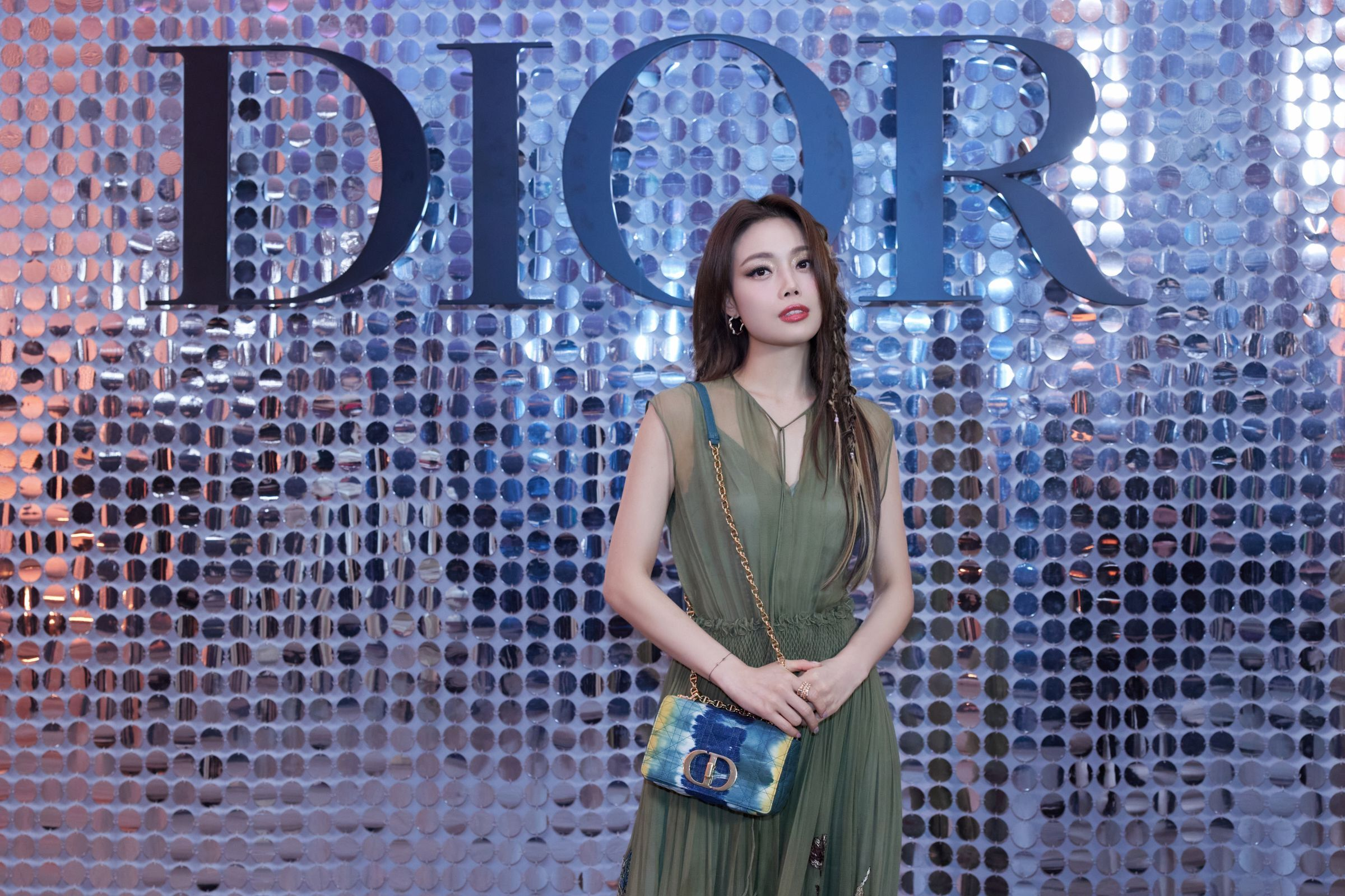 容祖儿受邀出席Dior大秀 高定蓝色亮片裙酷飒撩人