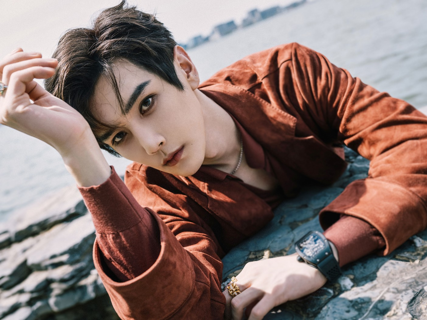 彦希出席《男人风尚LEON》东方绅士之夜,红衣似枫,唤醒感性意识认知的魅力美