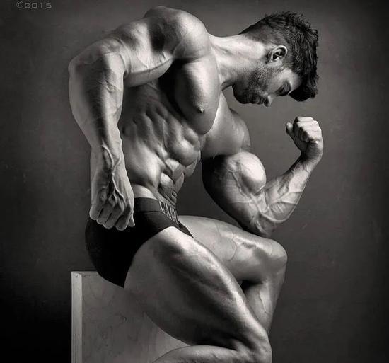 这个男人的身材逆天了  一张照片征服全世界