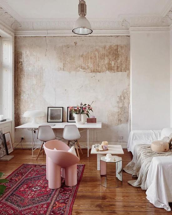 竟然这么合得来?斑驳破旧的墙面搭配清爽的家具