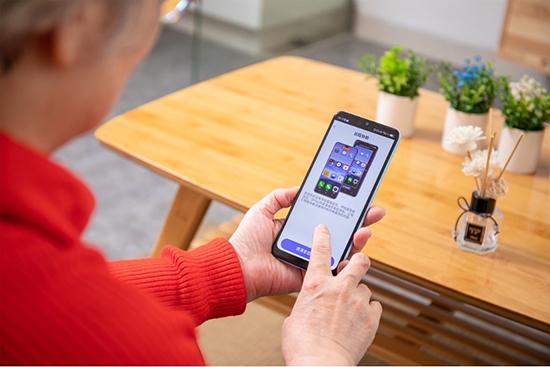 """手机响应""""适老化""""新动态:京东C2M定制款长辈智能手机成功破圈"""